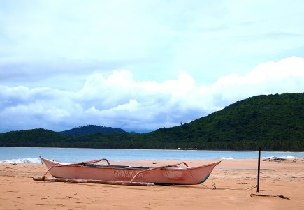 A pink boat in the beach!